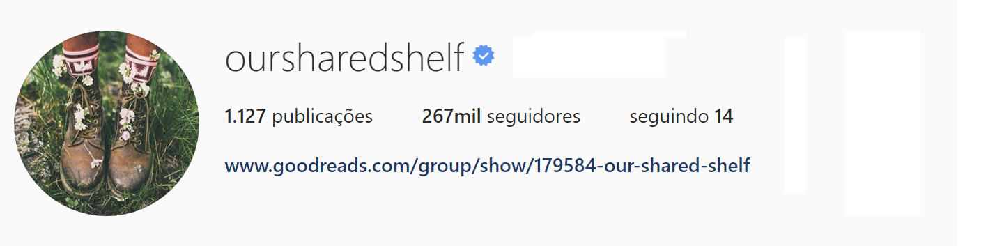 A imagem mostra o Head do instagran Our Shared Shelf, o numero de inscritos, seguidores e a bio.